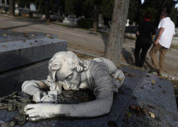 Repor asociacion de cementerios. Recorrido por diferentes tumbas y lugares del Cementerio de la Almudena en Madrid.