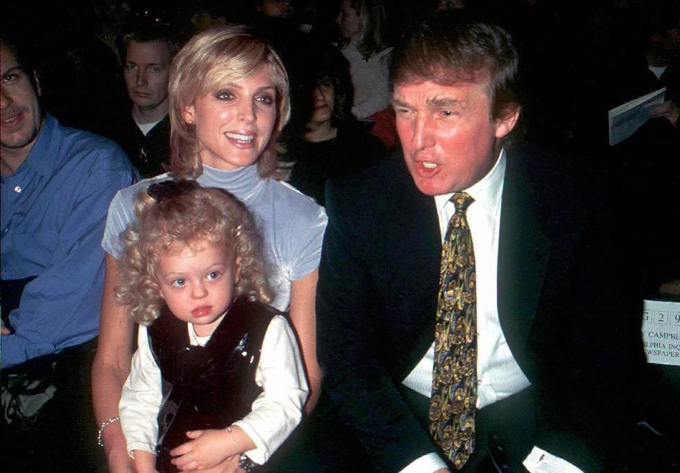 Retrato de archivo de Donald Trump con su esposa Marla Maples y su hija Tiffany en noviembre de 1995.