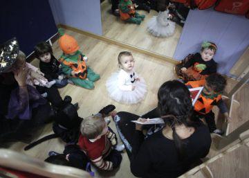Hacer fantasmas con los pies y otros juegos de Halloween para niños