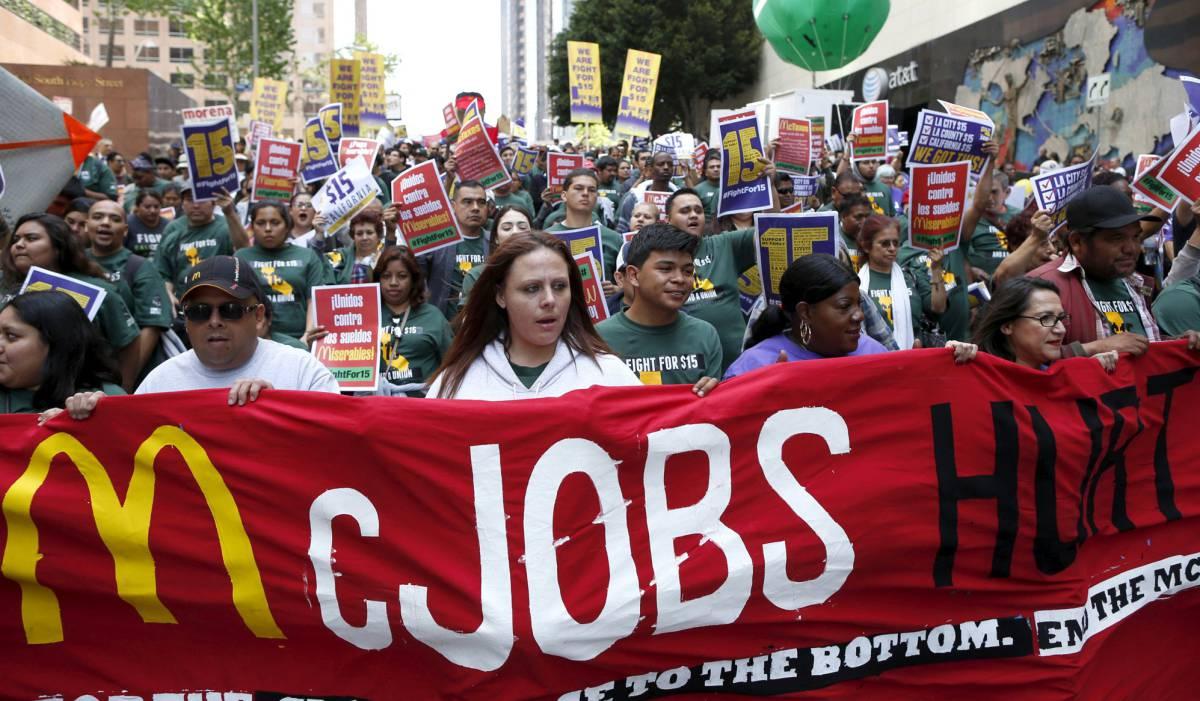Protesta por un sueldo mínimo de 15 dólares por hora, en Los Ángeles.