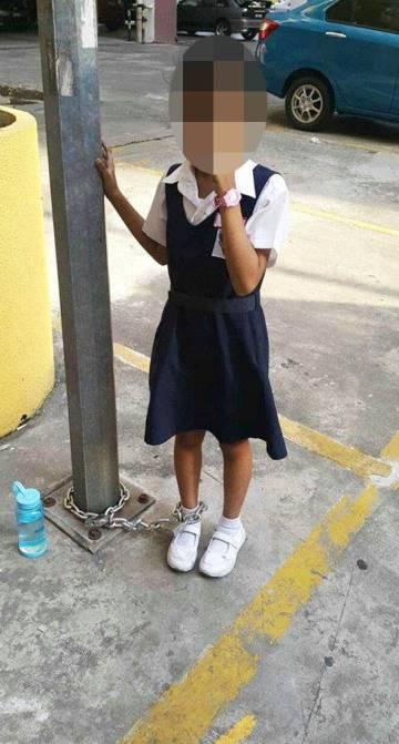 La niña que fue encadenada por su madre en Malasia.
