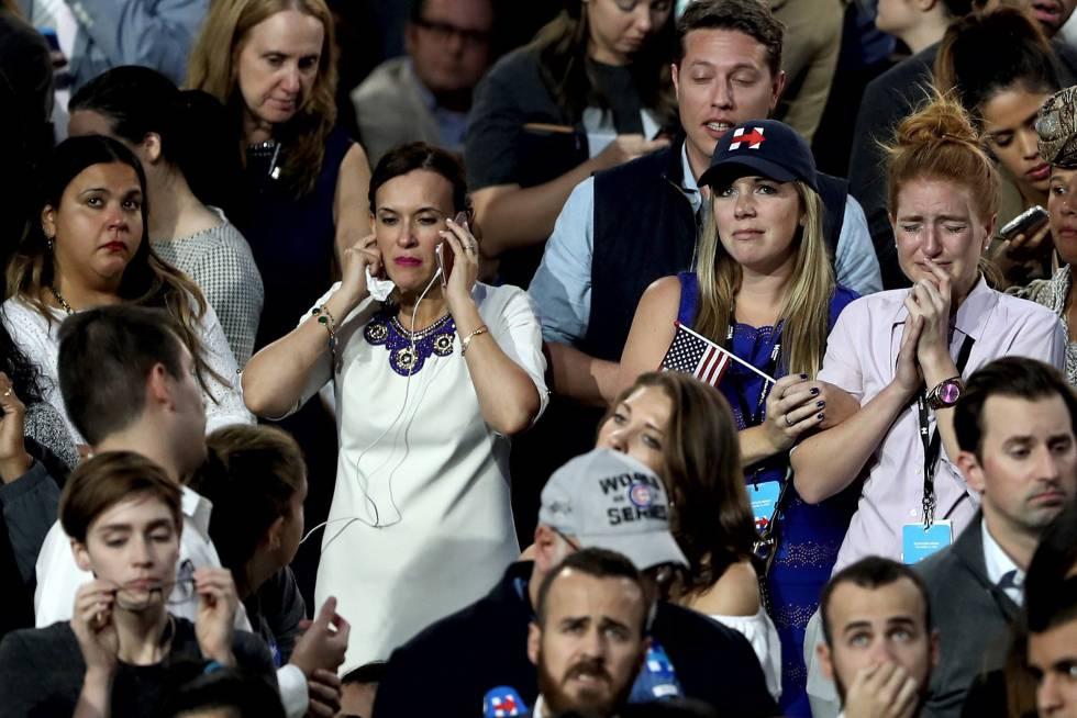 Seguidores demócratas siguen en Nueva York el recuento de votos.