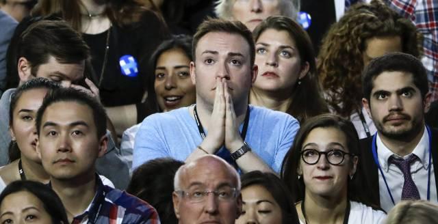 Seguidores de Hillary Clinton siguen en directo los resultados de las votaciones en el Centro de Convenciones Jacob K. Javits de Nueva York.rn