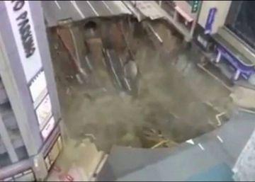 Un socavón engulle una carretera en Japón