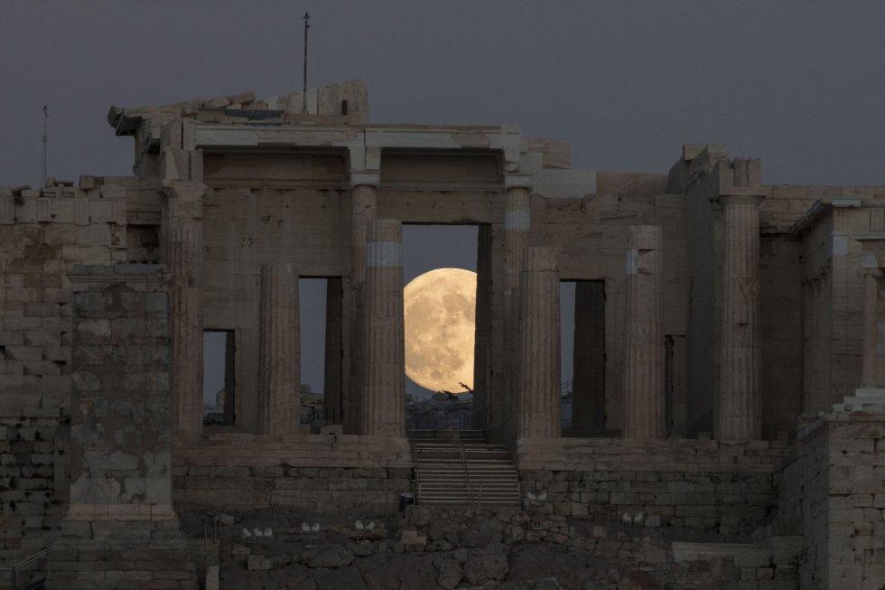 La luna se eleva en los cielos de Atenas.