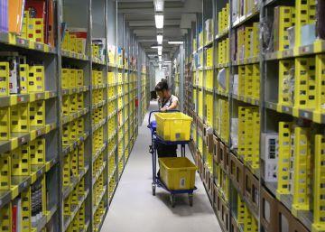 Una trabajadora del almacén de Amazon en Madrid.