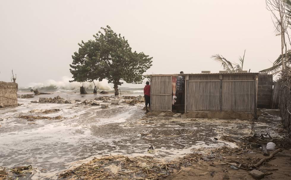 La aldea ghanesa de Fuvemeh se inunda con la subida de la marea.