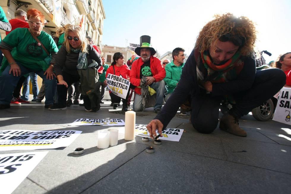 Protesta en Reus por la muerte de una anciana de 81 años a la que se cortó el suministro eléctrico.