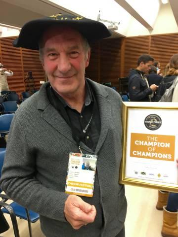 Ingulf Galaen de la quesería Nanen noruega muestra el premio alcanzado  CAPEL