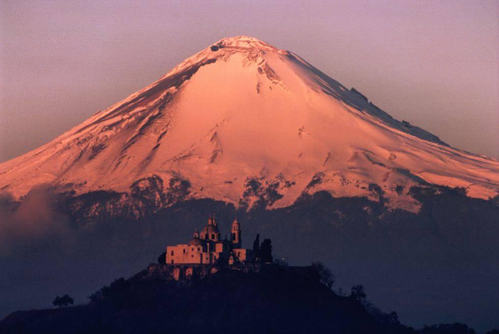 Iglesia de Nuestra Señora de los Remedios, en Cholula, con el volcán Popocatépetl al fondo.