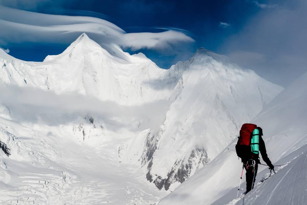 Un montañero emprende la ascensión del K2 desde el campo base.