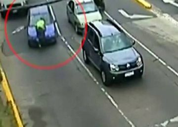Una mujer arrolla con el coche a un policía y le arrastra colgado del capó