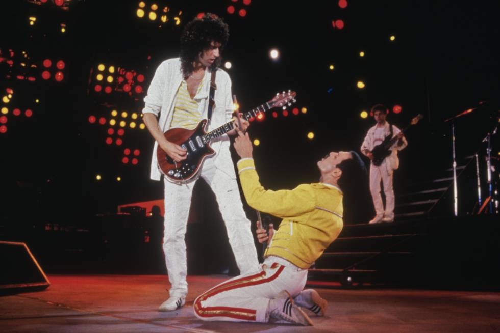 Mercury se arrodilla ante Brian May en el concierto de Wembley de 1986.