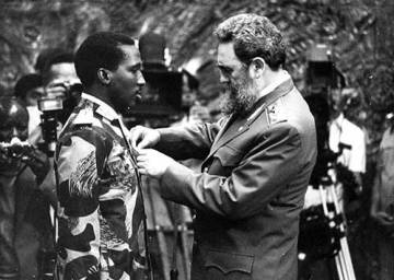 Fidel Castro condecora a Sankara con la Orden de José Martí.