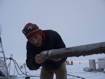 El científico James Smith durante la recogida de los sedimentos del lecho rocoso bajo el glaciar.