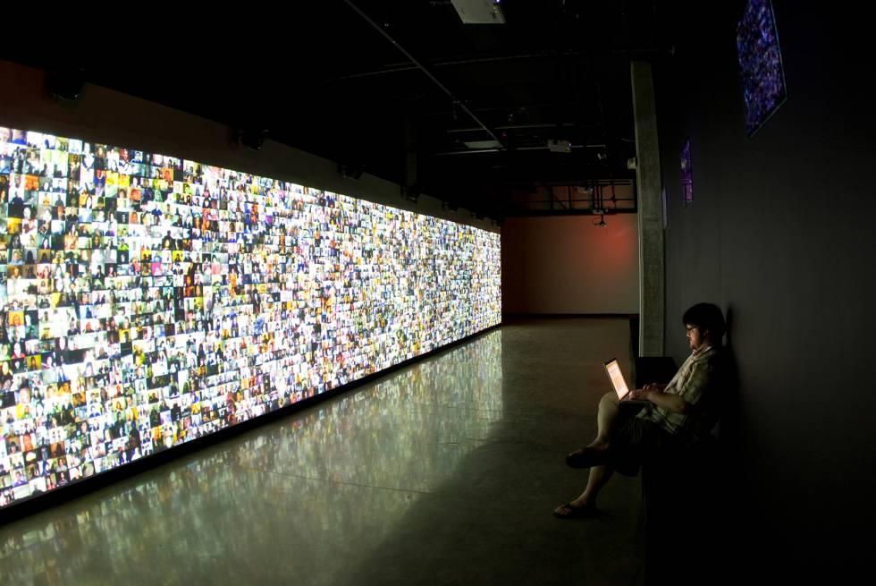 """""""Hello World"""", instalación de Christopher Baker para la exposición """"Big Bang Data"""", en Barcelona"""