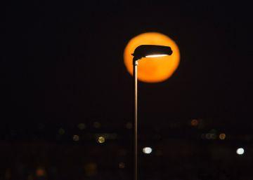 Ir y venir entre los claroscuros de la iluminación urbana