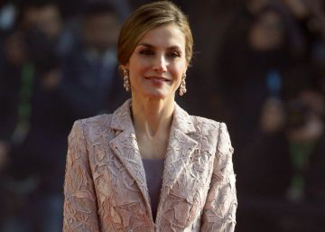 La Reina se viste con un traje de boda para su visita a Portugal
