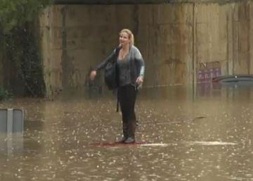Una mujer escapa de su coche antes de que se lo trague el agua en Sagunto