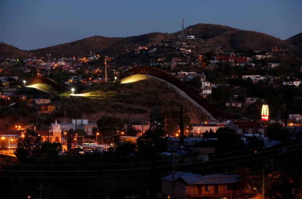 Un muro separa las ciudades de Nogales (México) y Nogales, Arizona (Estados Unidos). rn rn