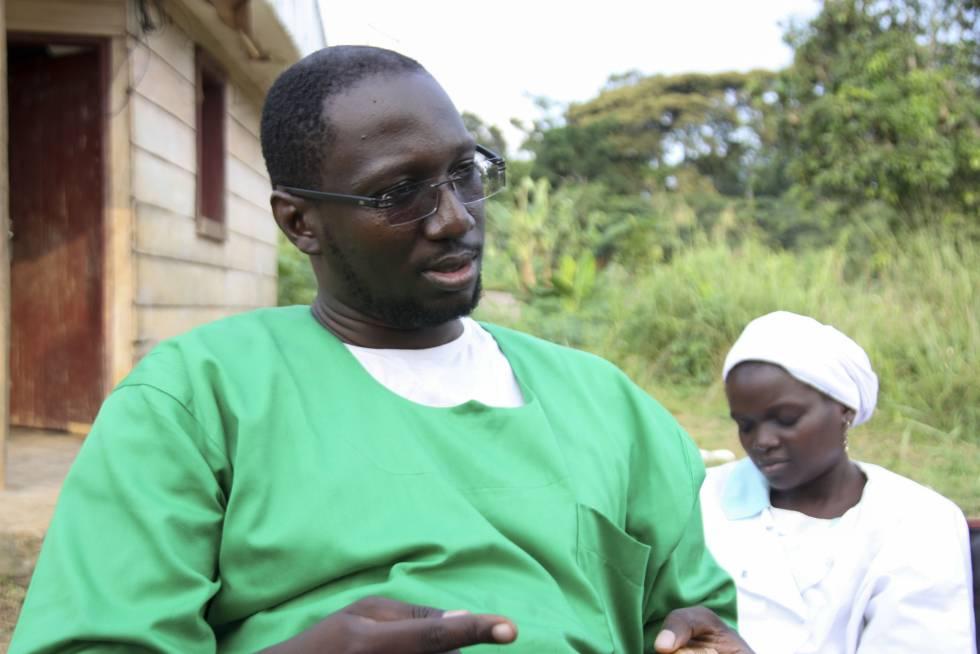 El doctor Yannick Bilong durante al entrevista