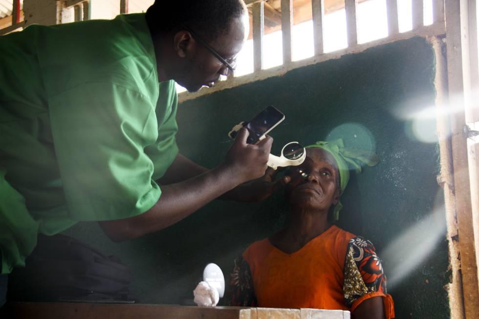 El doctor Yannick Bilong examinando a una paciente