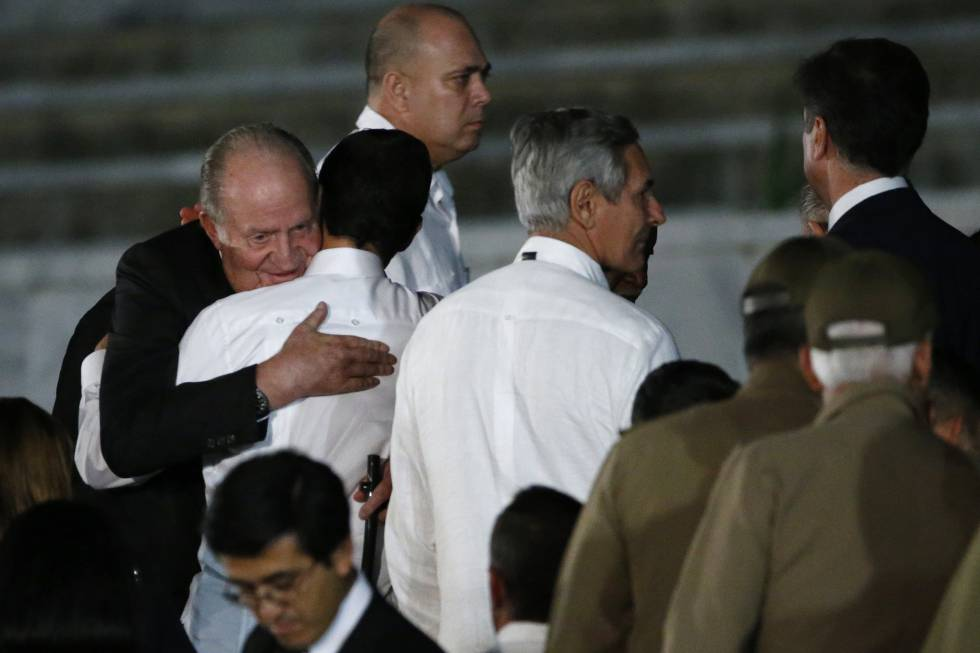 El rey Juan Carlos de España (i) asiste al acto celebrado para despedir  a Fidel Castro.
