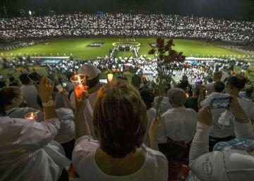 Miles de personas corean el himno del Chapecoense en el estadio de Medellín