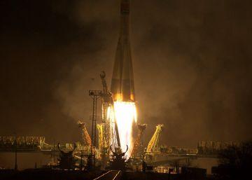Los restos de un cohete ruso que ha estallado en el aire caen sobre Siberia