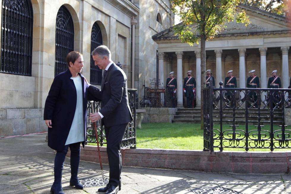 La presidenta de Navarra, Uxue Barcos, junto al Lehendakari, Iñigo Urkullu, frente a la Casa de Junta de Gernika.