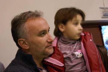 El padre de Nadia Nerea, Fernando Blanco, con su hija en brazos.