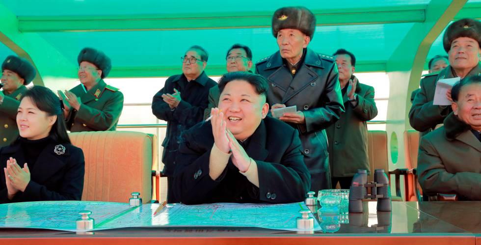 Ri Sol-ju junto a su marido en la foto difundida por los medios estatales norcoreanos.