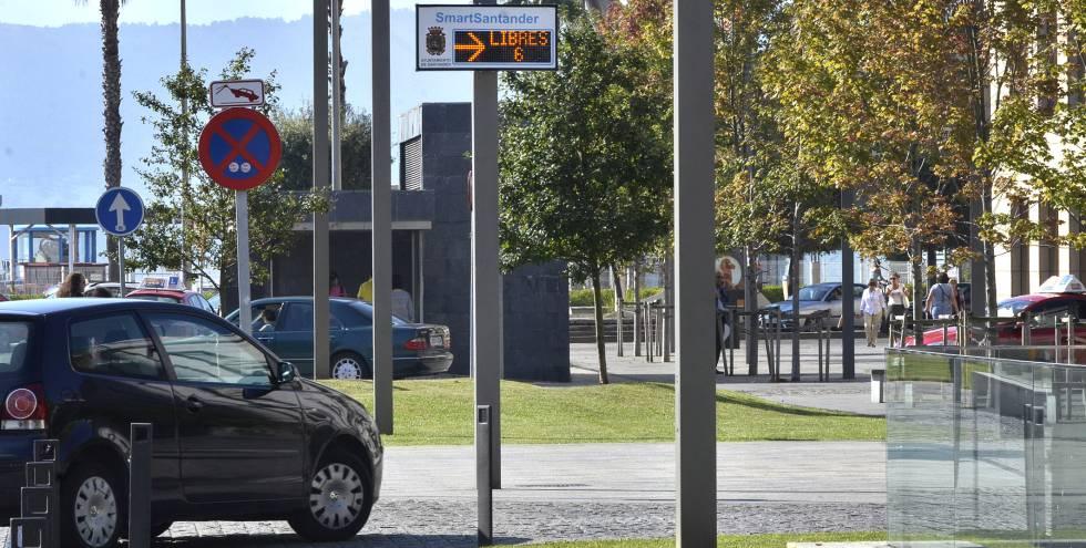 Panel con información sobre aparcamientos libres en las calles de Santander.