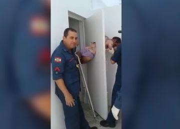 Un ladrón queda atrapado al intentar escapar por una apertura de 30 centímetros