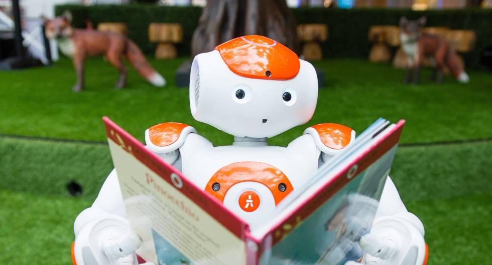 Un robot leyendo un libro durante una demostración de inteligencia artificial para niños en Londres.