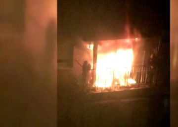 Un matrimonio queda atrapado por las llamas en el balcón de su casa