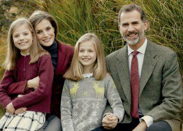 Los Reyes y sus hijas posan para felicitar la Navidad
