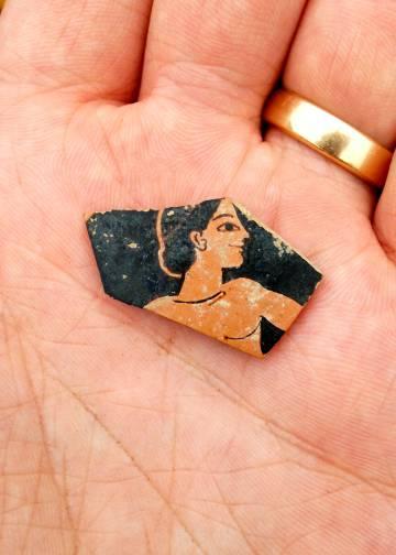 Fragmentos de cerâmica do século VI a.C. encontrados durante a exploração.