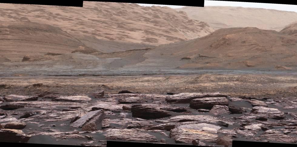 Foto tirada pelo robô Curiosity em seu avanço rumo ao monte Sharp.