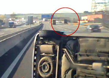 Un camión provoca un espectacular accidente en la AP-7 y se da a la fuga