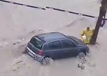 Un vídeo muestra cómo la riada arrastra al hombre que ha muerto en Alicante