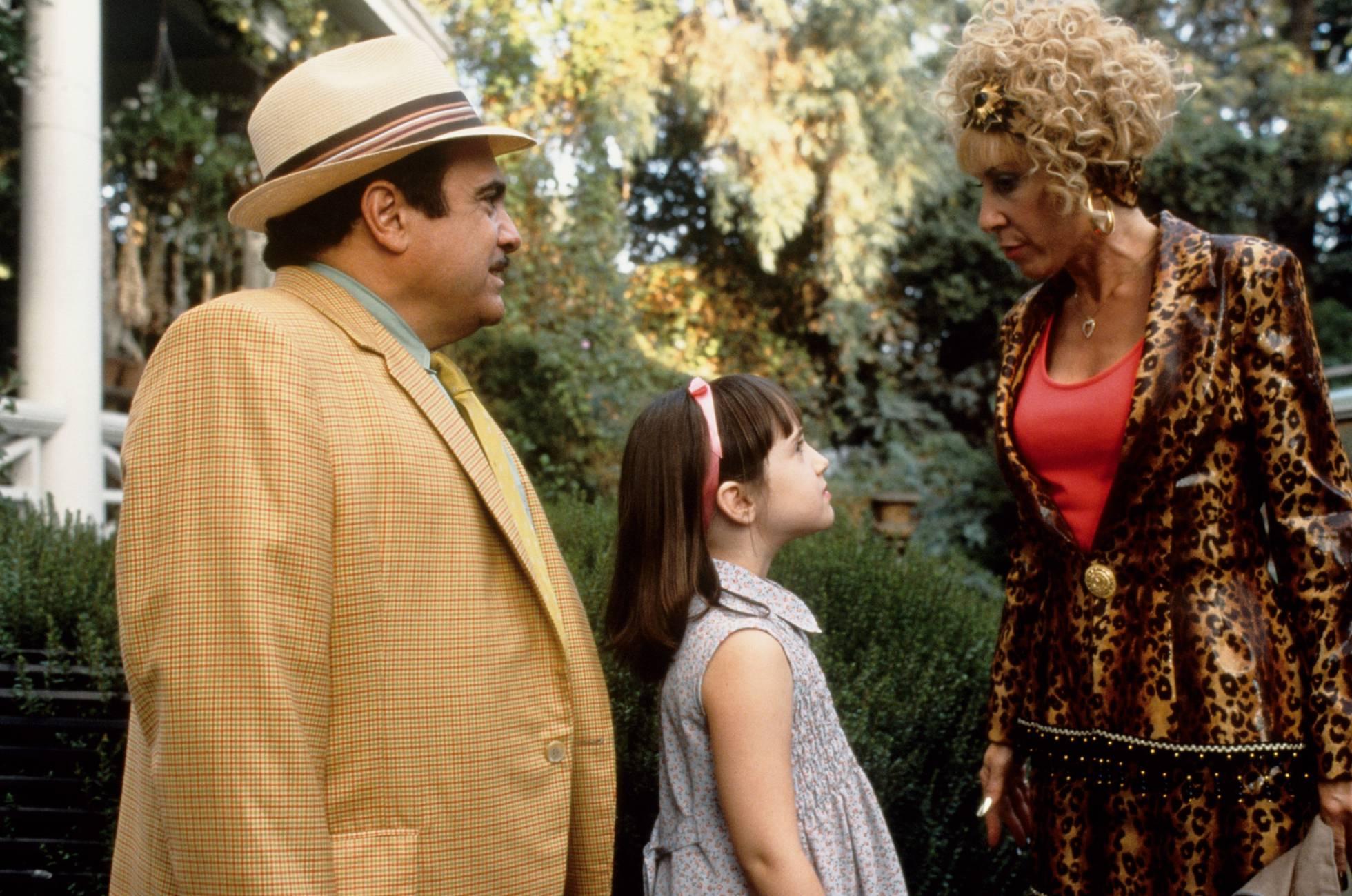 Em 'Matilda' (1996), a criança subre um maltrato psicológico por parte de seu pai estafador e sua mãe hortera.
