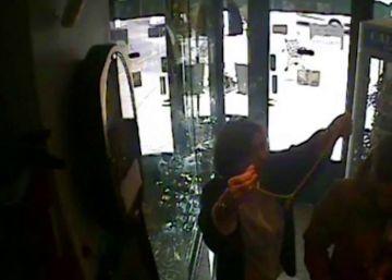 Un hombre se prueba un collar en una joyería y escapa con él puesto