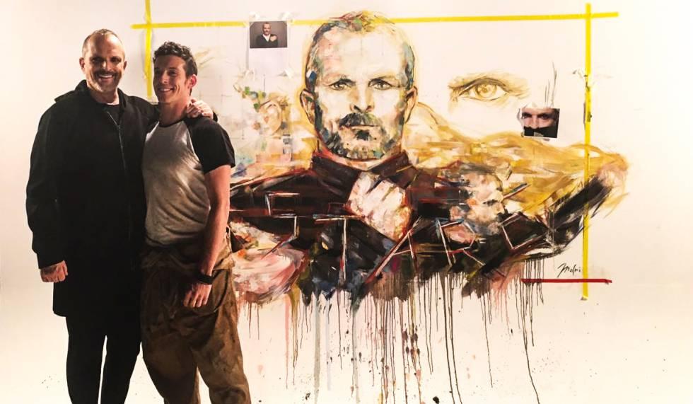 El artista Jordi Machi junto al cantante  Miguel Bosé.