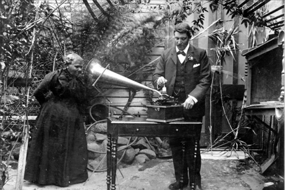 Fanny Cochrane gravando canções aborígenes da Tasmânia para a Royal Society de Hobart.