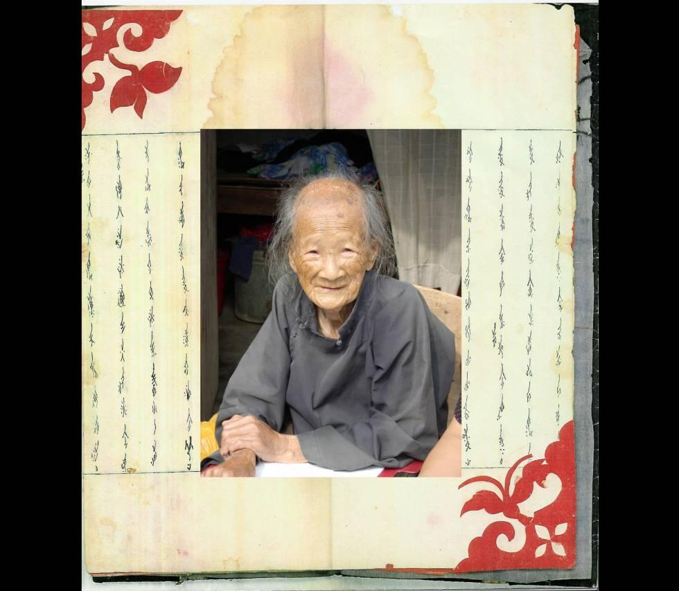 Yang Huanyi, a última pessoa capaz de ler e escrever em nushu, um sistema de escrita codificada usada durante séculos por mulheres chinesas.