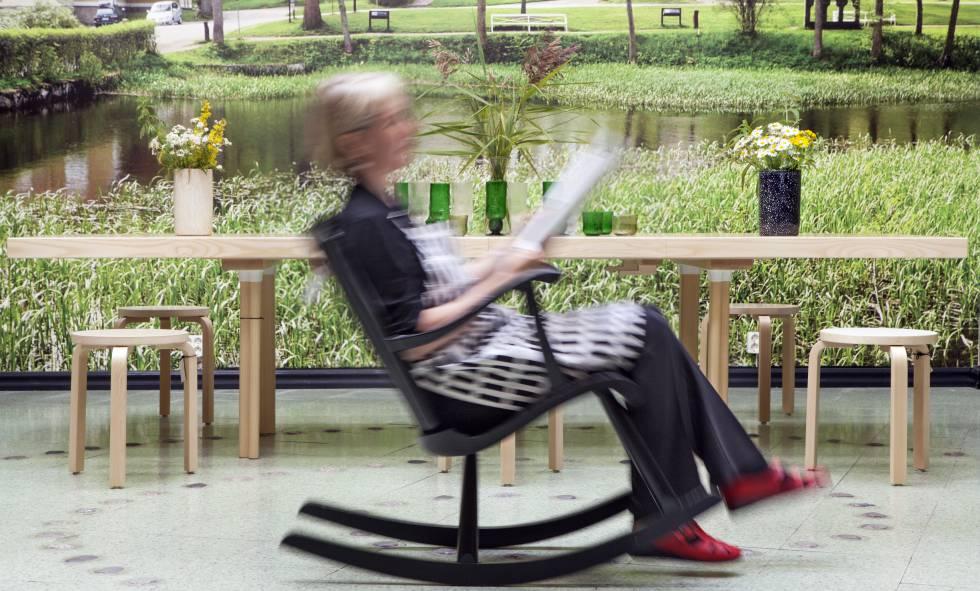 Una mujer, en una terraza de Helsinki.