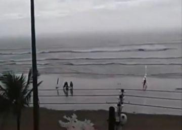 Un vídeo muestra el momento exacto en el que un rayo impacta sobre una mujer