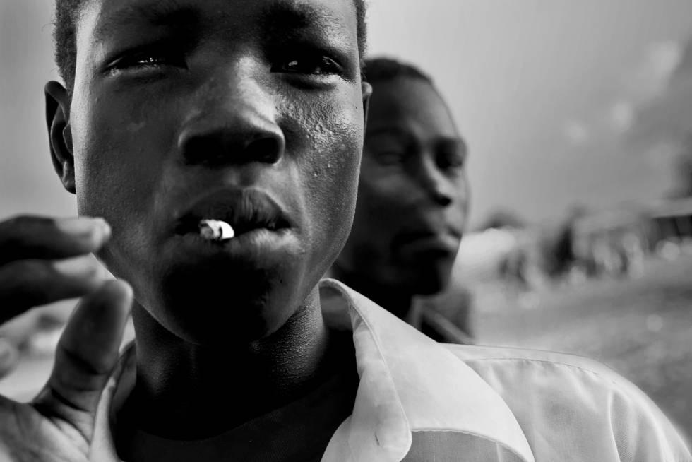Esta imagen forma parte de la colección 'Vanishing Youth'. Los jóvenes de Sudán del Sur se dividen en pequeños grupos para robar ganado. En general, comparten las armas entre tres de ellos, y los que no pueden permitirse una o son demasiado jóvenes para luchar pero quieren unirse al grupo, llevan las provisiones; esos más pequeños se mantienen lejos del combate, y los jóvenes armados deben protegerlos.