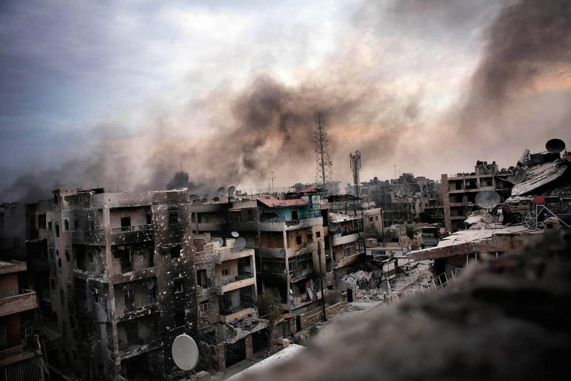 Olas de humo sobre los edificios destruidos en el distrito de Saif al Dawle, en Alepo, Siria, el 02 de octubre de 2012. EPA/MAYSUN